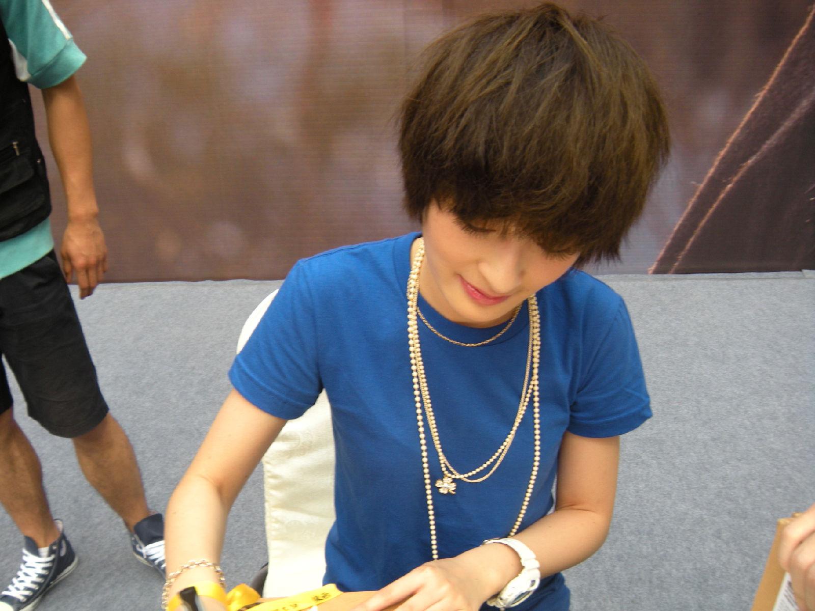 Zeng Yike Signing Autographs