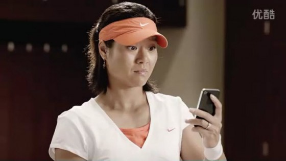 Li Na looking at her iPhone4.
